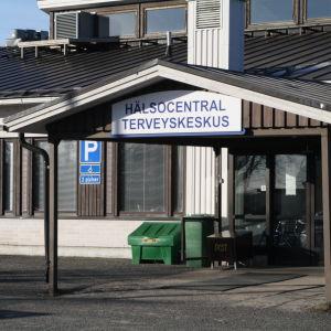 Huvudingången till Närpes hälsocentral.
