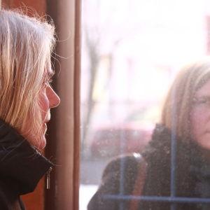 Heidi von Wright vid spegelfönster
