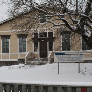 Stadshuset i Kaskö på vintern.