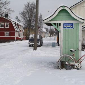 En cykel lutar sig mot en busshållplats i Kaskö.