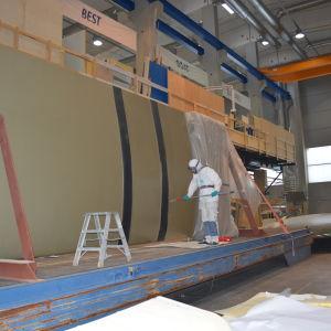 Kölen målas till en segelbåt