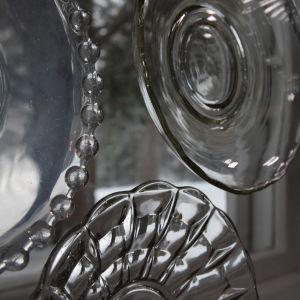 Glasassietter limmade på fönster.