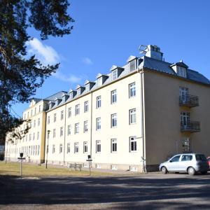 Ett stort och ståtligt gult hus som varit ett sjukhus och som nu hör till utbildaren Axxell.