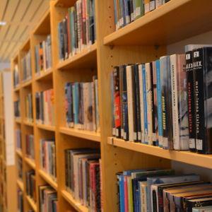 Böcker i hylla i Pargas bibliotek.