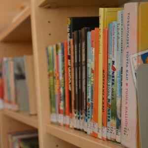 Böcker på barnavdelningen i Pargas bibliotek.