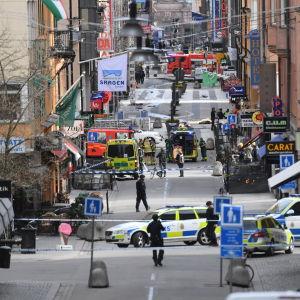 Utryckningsfordon på Drottninggatan i Stockholm efter attacken den 7 april