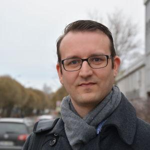 Nils-Johan Englund utanför Yle i Vasa.