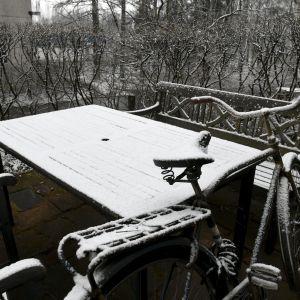 Snö i norra Helsingfors på skärtorsdagen den 13 april 2017.