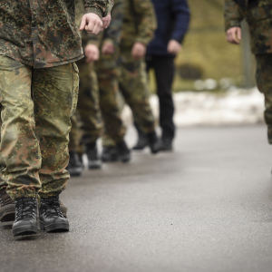 Tyska soldater marscherar på rad.