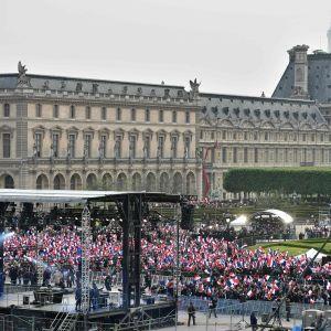 Folk samlades vid Louvren efter presidentvalet  i Frankrike.