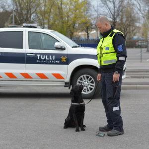 Snushunden Onni och hans förare Matti Koskela.