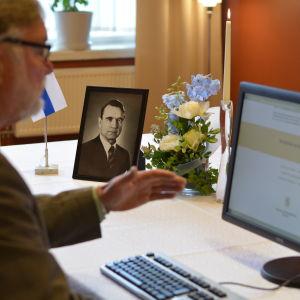 Åbos fullmäktigeordförande Seppo Lehtinen tecknar sitt namn i Mauno Koivistos kondoleansbok.