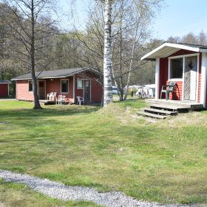 Röda små byggnader på Ekenäs campingplats som ska förnyas.