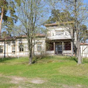 Ett stort brunaktigt trähus i Ekenäs som heter Villa Ormnäs.