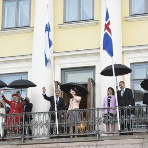 De nordiska kungligheterna står på presidentslottet balkong och vinkar till publiken i Helsingfors.