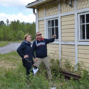 Denis Strandell visar upp täktom flygfält för Tove Virta.