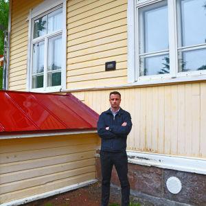 Mårten Karlsson står med händerna i kors framför Gammelbacka skola
