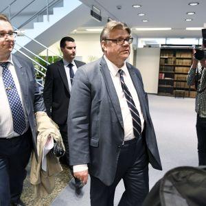 Timo Soini anländer till Sannfinländarnas gruppmöte i riksdagen kl 13 tisdagen den 13 juni 2017.