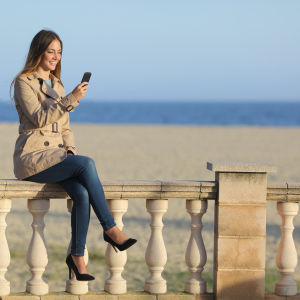 Kvinna som använder mobiltelefon.