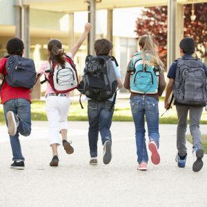 Barn med ryggsäck på väg till skolan.