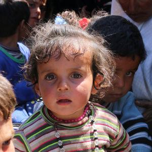 Några syriska flyktingbarn på flykt.