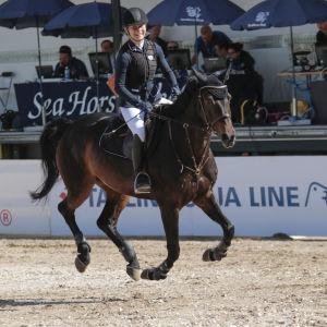Ida Repo och hästen Zidamanta Velvet på banan.