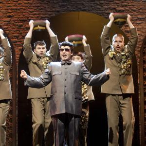 Marja Salo on Kim Jong-Un Kansallisteatterin näytelmässä Slava! Kunnia.