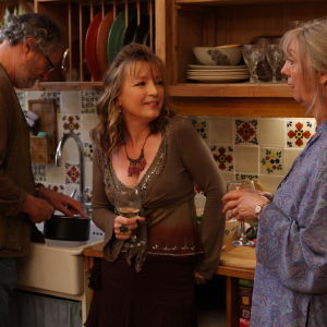 Jim Broadbent, Lesley Manville ja Ruth Sheen elokuvassa Vuosi elämästä