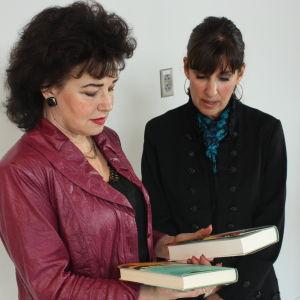 Sini Sovijärvi (vas.) ja kirjailija Cecilia Samartin katselevat jälimmäisen kirjoja.
