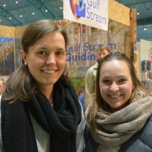 Jessica Westö och Johanna Ekman hittade något intressant om friluftsliv på Österbottens stormässa..
