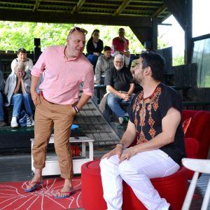 Karaktärerna Hans och Patrik diskuterar på scenen i pjäsen En fru för mycket.