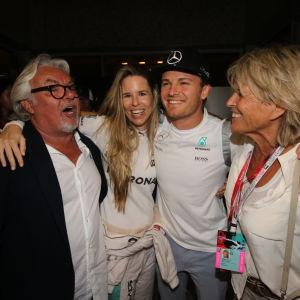 Nico Rosberg med pappa, fru och mamma efter F1-mästerskapet 2016.