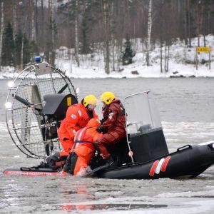 Räddningsverket övar att rädda människor ur isen