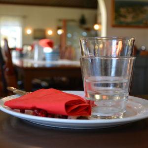Tom tallrik på restaurang Portside i Dalsbruk.