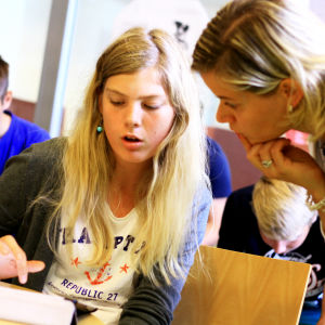 Yle Nyhetsskolans mentor Ann-Charlotte Åkerholm hjälper åttondeklassaren Alexandra Brenner.