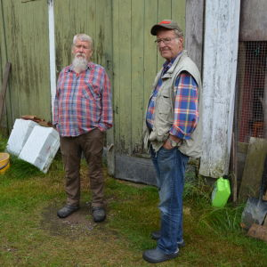 Seppo och Tapio poserar framför ladugården.