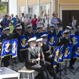 Flottans musikkår uppträdde på Kungsgatan i Ekenäs under marinens årsdag 8.7.2016.