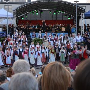 Europeaden har samlat 6500 folkdansare till Åbo.