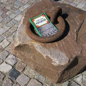 Anders Cleven Katukiviä-teos suurella kivellä.