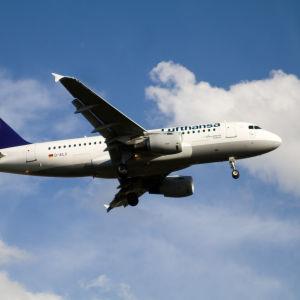 Lufthansas Airbus D-AILX på väg att landa på Helsingfors-Vanda flygplats (arkivbild)