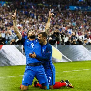 Olivier Giroud och Antoine Griezmann firar 1–0-målet mot Island.