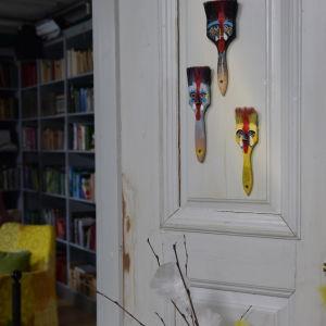 Påskpynt i form av penseltuppar på en dörr