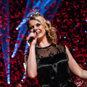 Tangokuningatar Susanna Heikki esitti voittonsa kunniaksi kappaleen Onnemme kyyneleet.