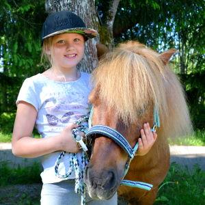 Flicka med ponny