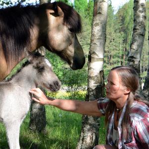 Nyfött föl på stallet Fageräng + Maria Mäkinen
