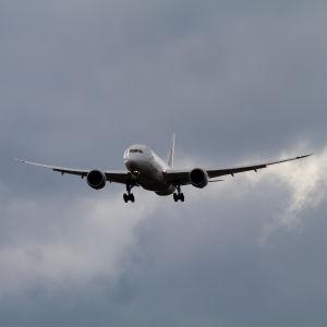 Japan Airlines Boeing 787 på väg in för landning till Helsingfors Flygplats