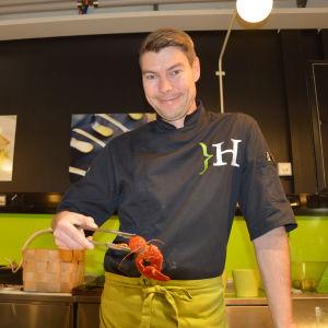 Johan Hellsten håller upp en kräfta