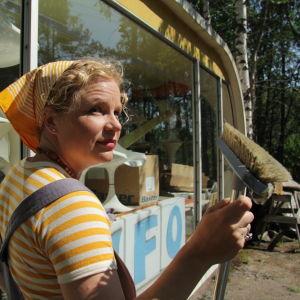 Minna Joenniemi muovisen Venturo-talon luona Luumäellä ohjelmassa Suojele minua!