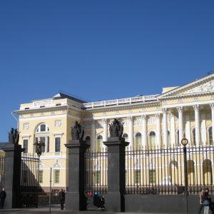 Venäläinen museo kadulta nähtynä, takaa vas. näkyy Kirkko veren päällä kupoleja.