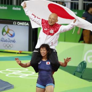 Risako Kawai med tränaren Kazuhiuto Sakae på axlarna.